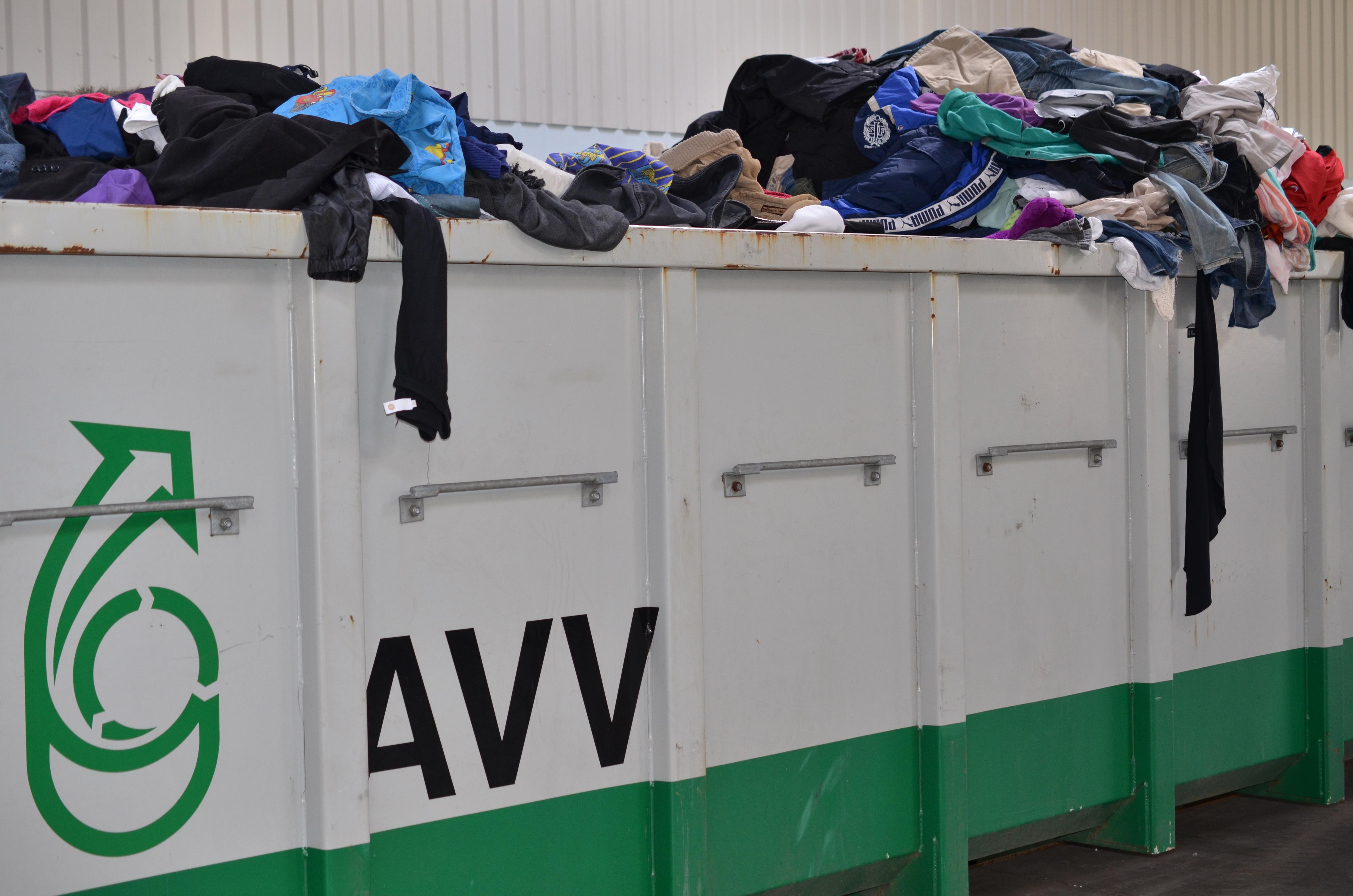 De to store tøjcontainere, fyldes hurtigt med tøj som ca. en gang om måneden bliver kørt til Folkekirkens Nødhjælp i Aarhus.