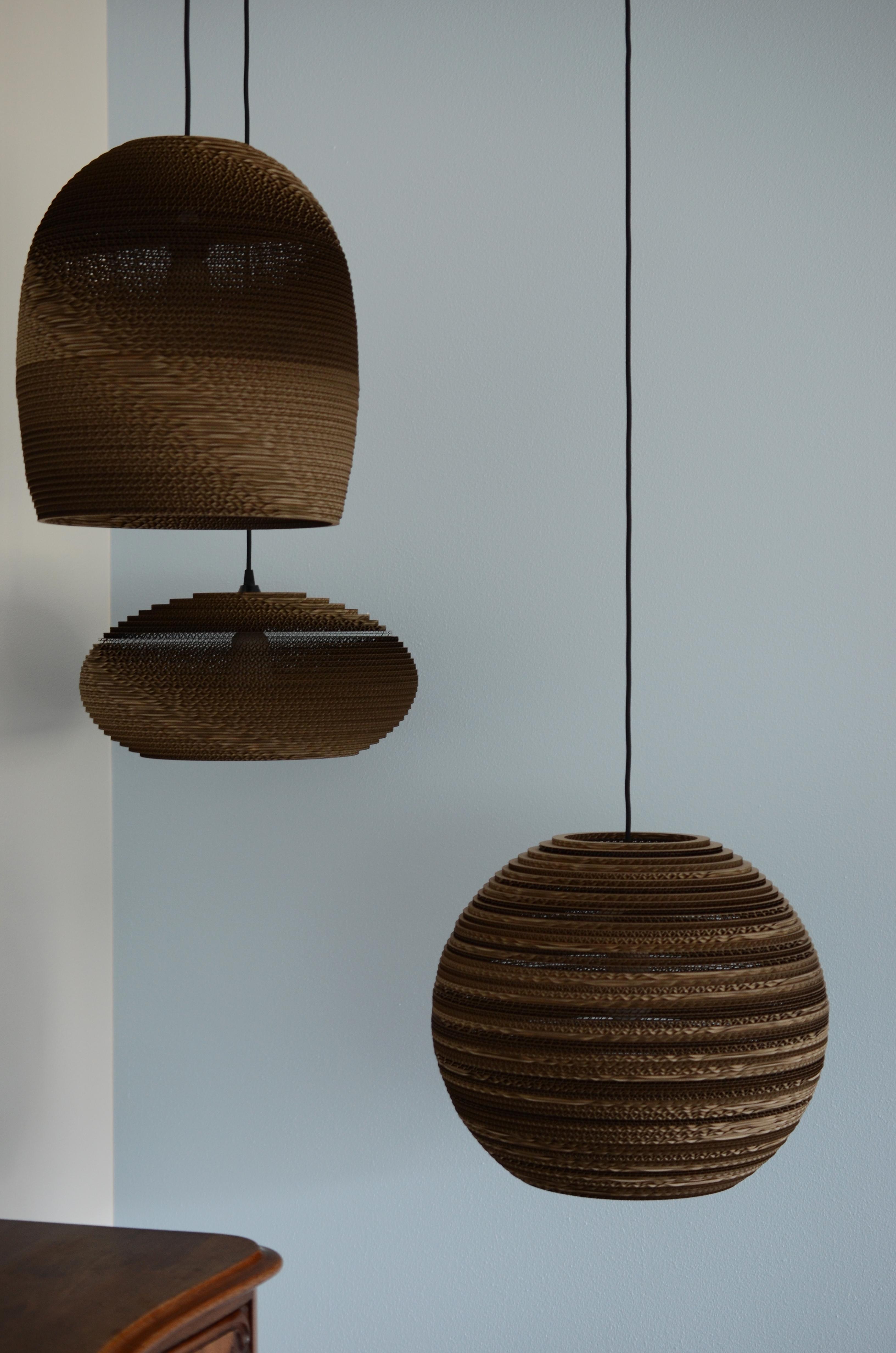 Der er kaffestel på væggene og lamper lavet af pap.