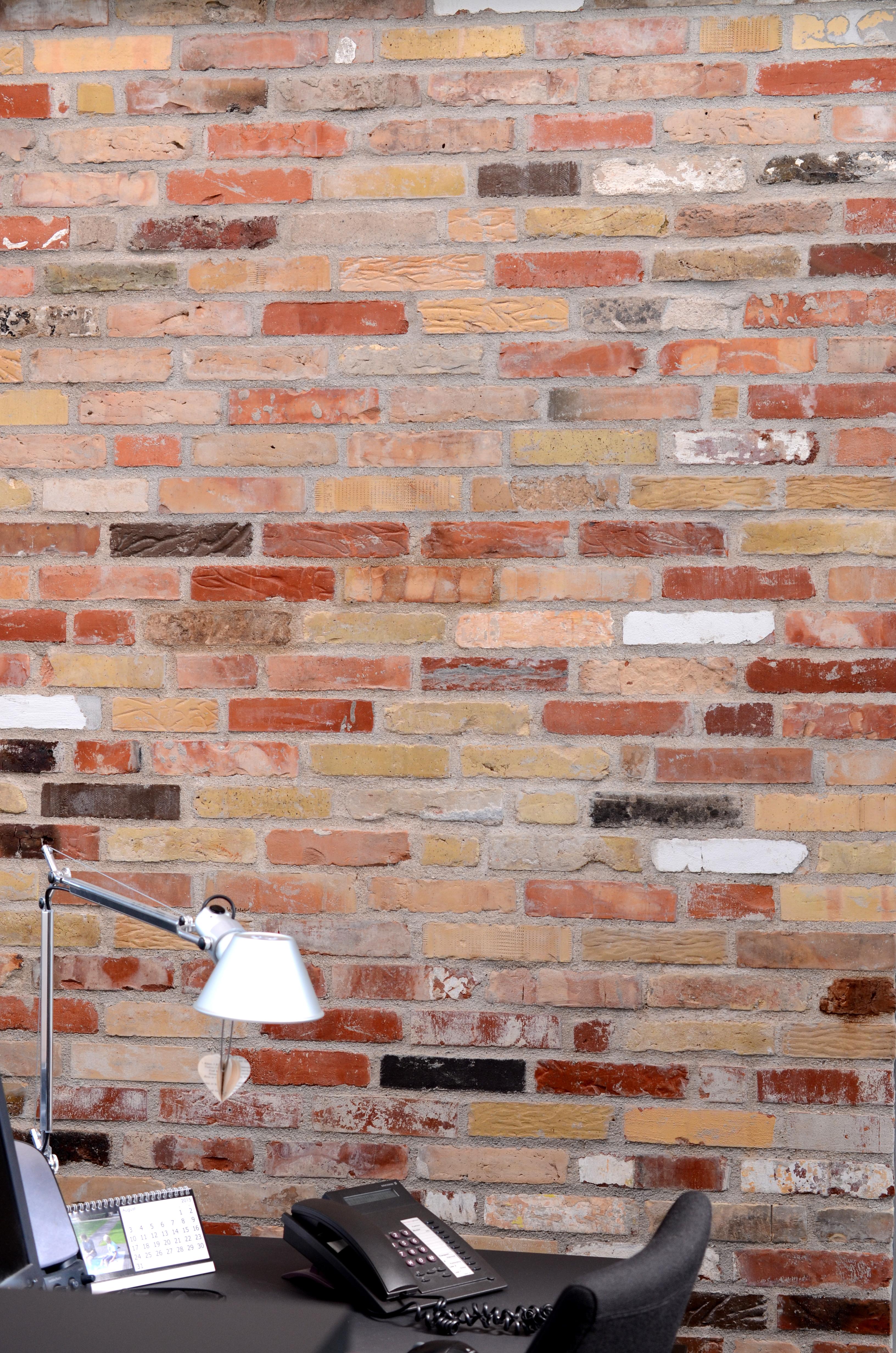 Rundt i bygningerne ses der flotte murstensvægge der er lavet af mursten, som er fundet på AVV og som medarbejdere ligeledes har bidraget med.