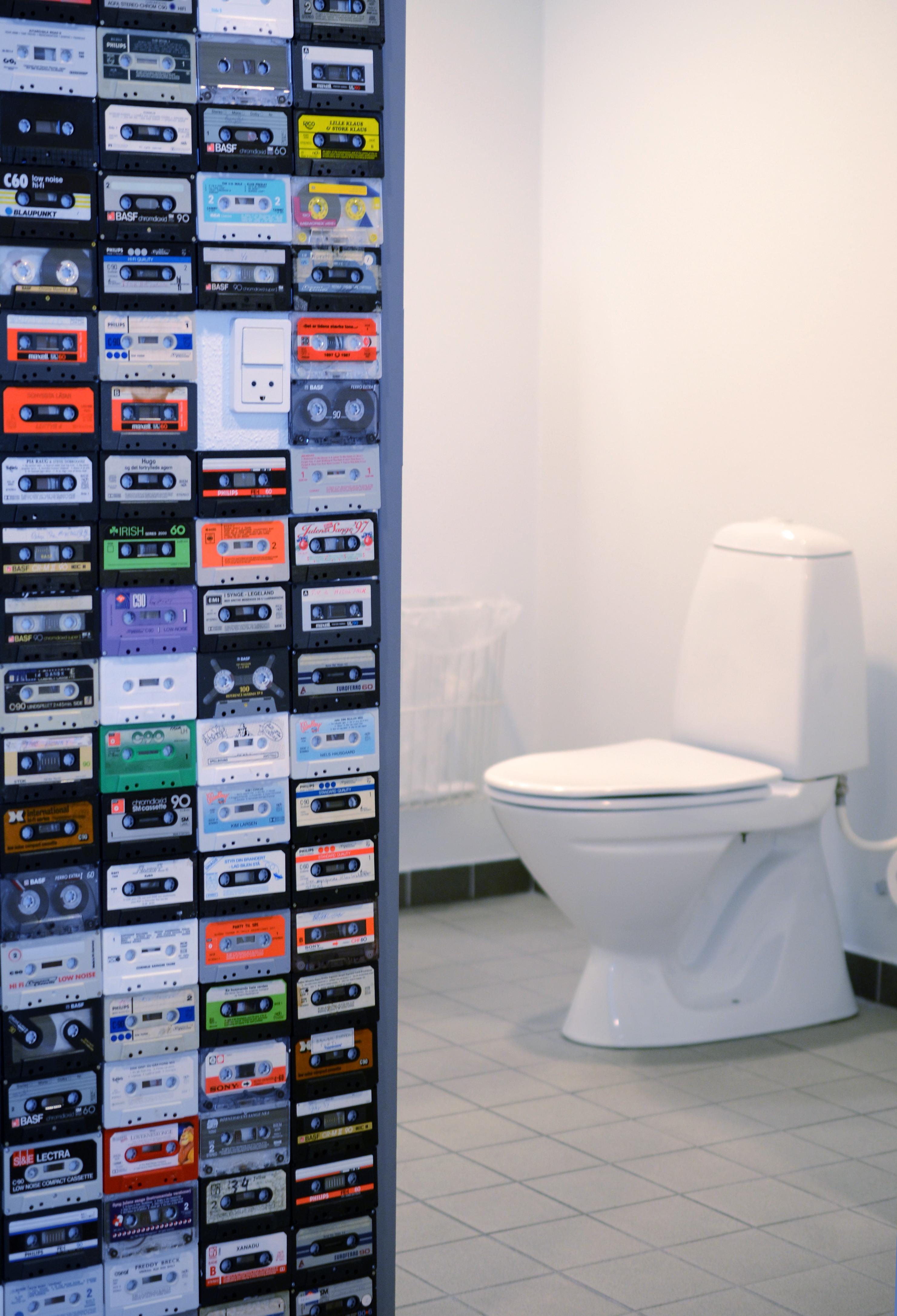 Ved toiletterne er der lavet en flot kassettebånd udsmykning, der i sin enkelhed er rigtig gennemført .