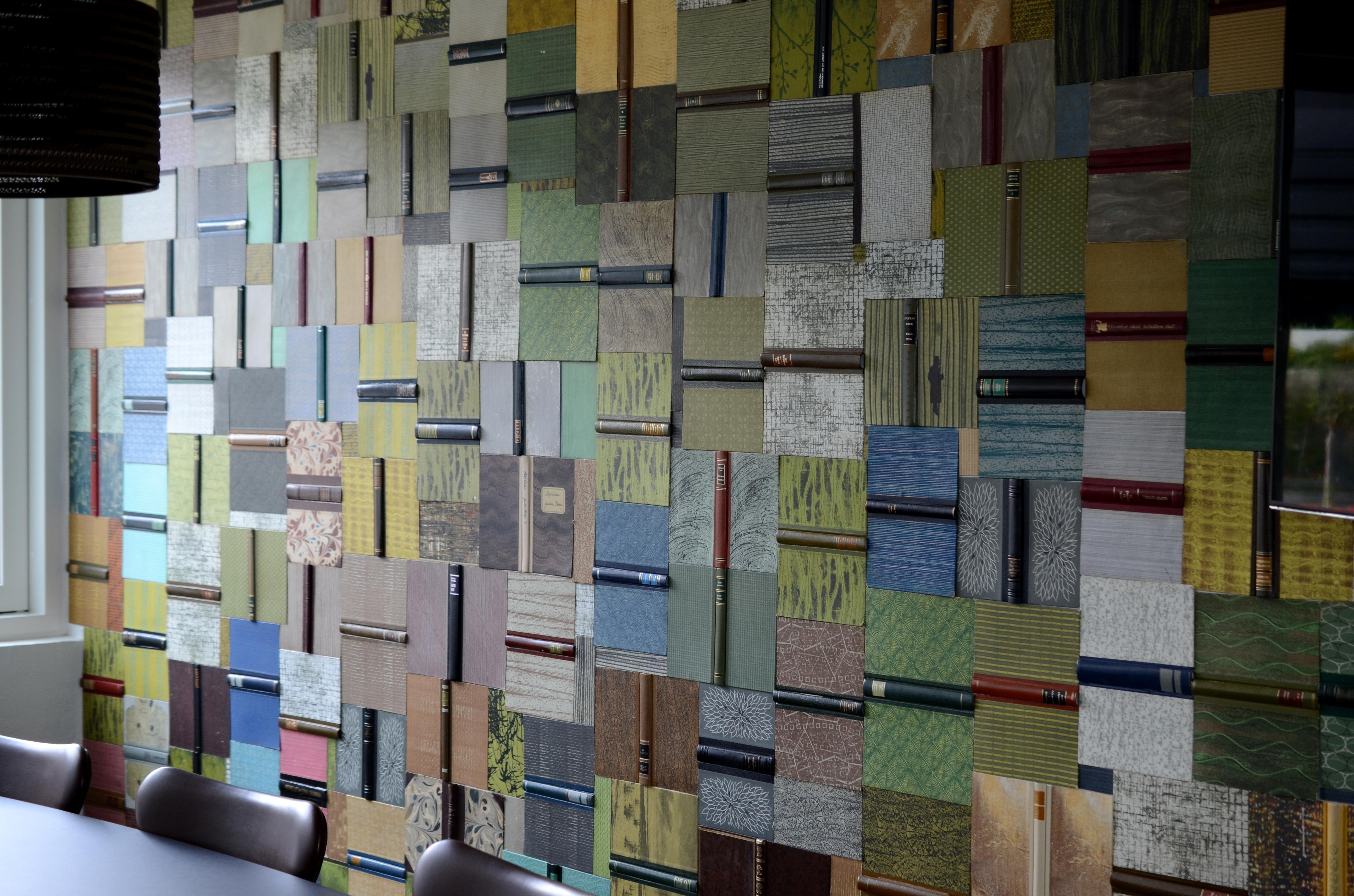 Længere inde findes der veludsmykkede mødelokaler med sjove detaljer, såsom en hel væg fyldt med opslåede bøger.